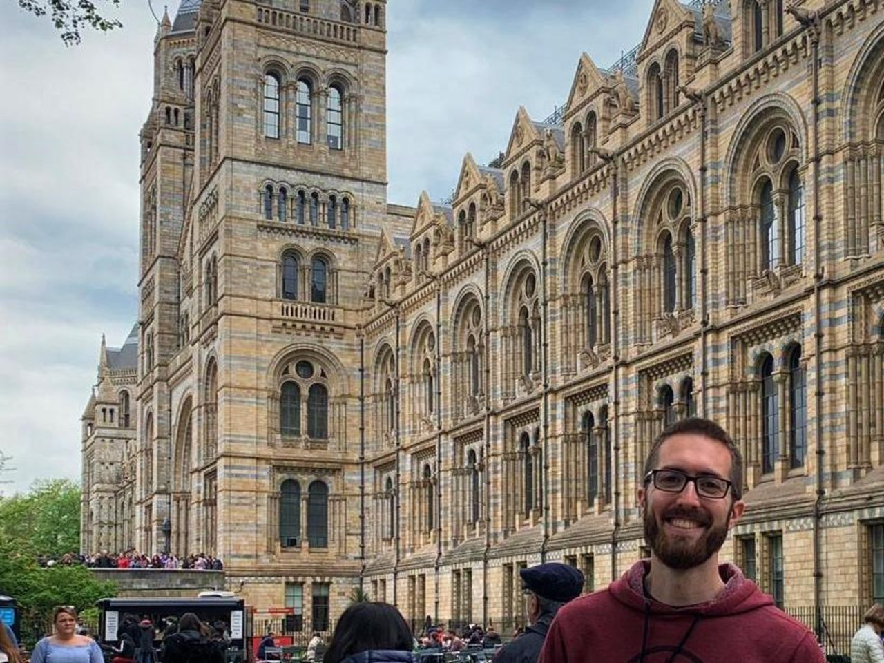 "Student steht vor dem ""Houses of Parliament"" in London."