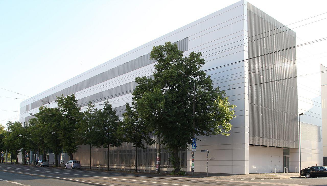 Schrägansicht des Nieper-Baus an der Karl-Liebknecht-Straße